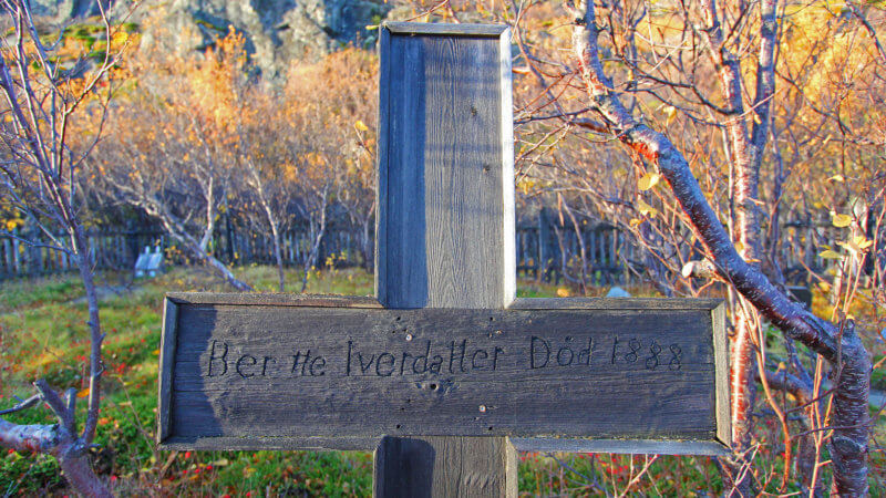 A wooden cross in Grense Jakobselv reads Ber He Iverdaller Died 1888.
